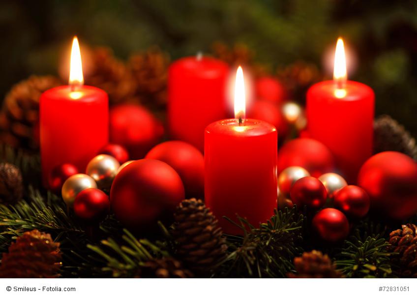 Adventkranz mit drei Flammen