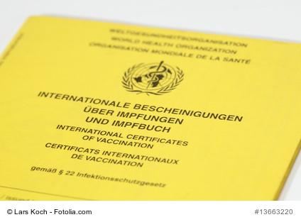 Herausgabe des Impfpasses an einen Elternteil (Photo: Lars Koch/fotolia.com)